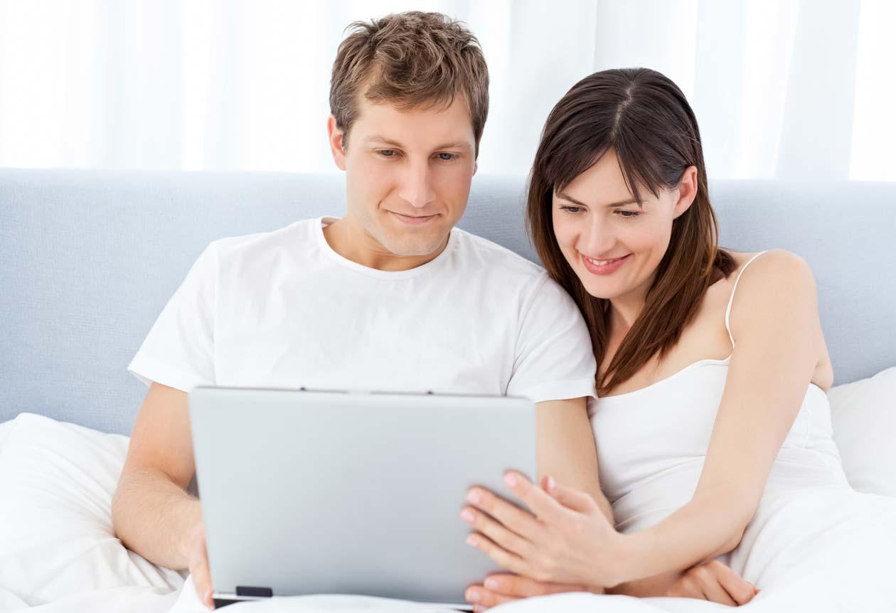 Pareja realizando una consulta al sexólogo online